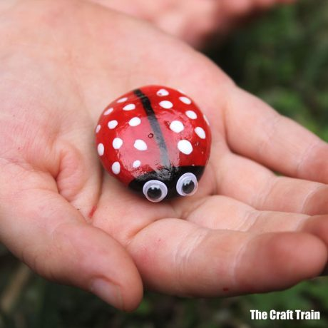 pebbly ladybug rock art to decorate the garden – bug in hand #ladybug pebblebug #kidscraft #rockart #creativefun #bugs #kidscrafts