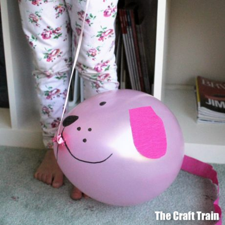 balloon puppy craft for kids: make adorable puppies which you can take for walks around the house! This would be a great kids craft for kids who love animals #puppy #animalcraft #kidscraft #balloon