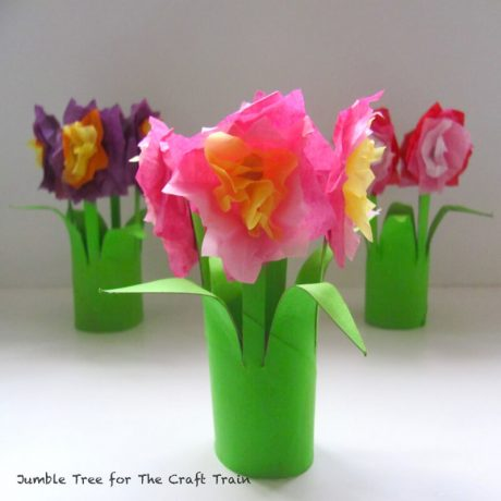 Make a pretty paper roll posy! This is a sweet flower craft, kids craft and Spring craft #spring #kidscraft #springcraft #papertube #paperroll #recycledcraft #papercraft #kidscrafts