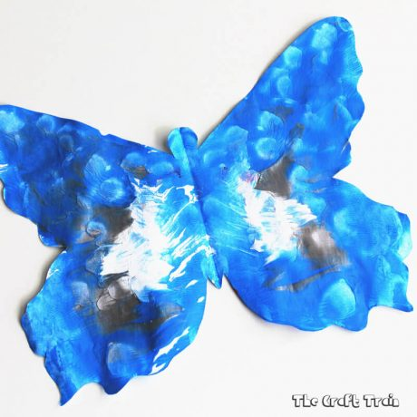 Butterfly squish art - an easy butterfly process art and printing activity for kids. This makes a fun Spring craft idea and includes printable template #butterfly #butterflycraft #Springcraft #kidscrafts #processart #printing #kidsart