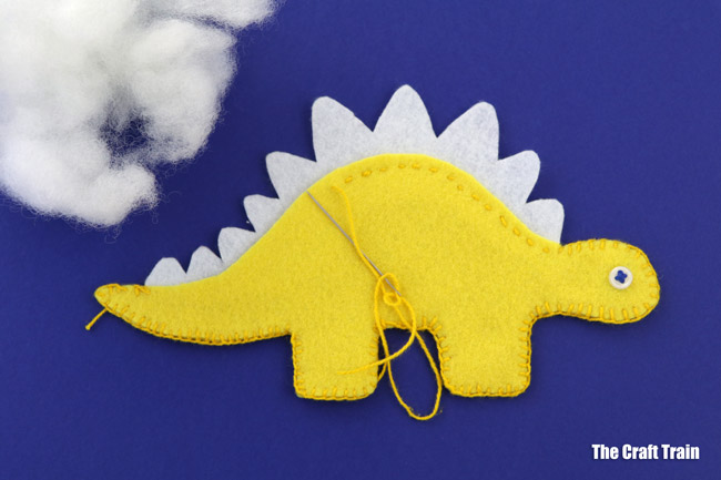 Dinosaur softies -printable felt sewing patterns, a stegosaurus and a diplodocus #sewasoftie #feltcrafts #dinosaurs