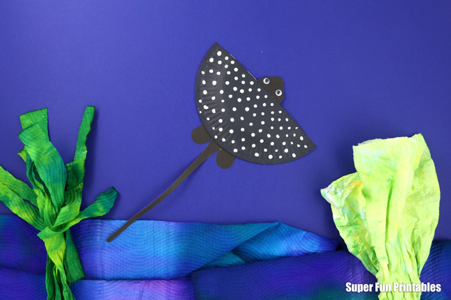 Gorgeous paper plate Eagle Ray craft, from the paper plate Ocean Animal ebook containing the templates for 14 amazing ocean animals along with facts and information kids will love to learn #oceananimals #crab #paperplate #kidscrafts