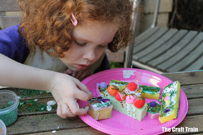 decorating pretend play sponge cakes
