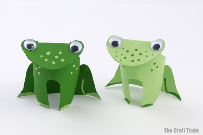 Paper roll frog craft for kids. Make a cute frog using the printable shape outline. THis is a fun craft idea for Spring or for kids learning about Lifecycles or frogs #frogcraft #frog #Kidscraft #paperroll #animalcraft #Spring #lifecycle