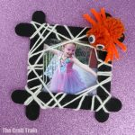 Spider photo frame easy Halloween craft for kids, a great way to display Halloween memories #halloween #kidscrafts #kidsactivities #halloweencrafts #easycrafts #spider #photoframe