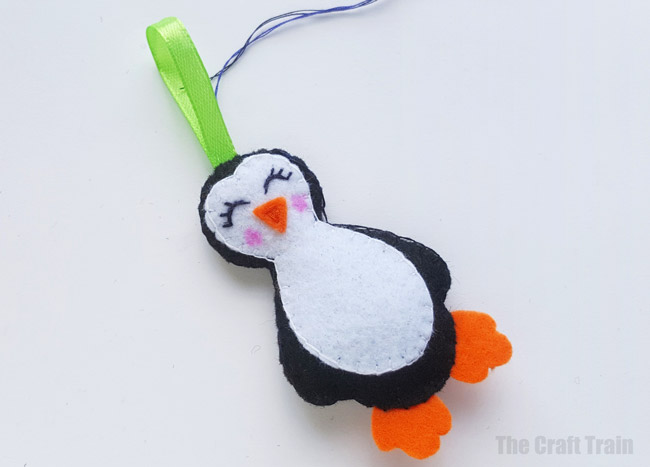 Penguin felt ornament with printable template. Steps #christmas #winter #penguin #kidscrafts #ornaments